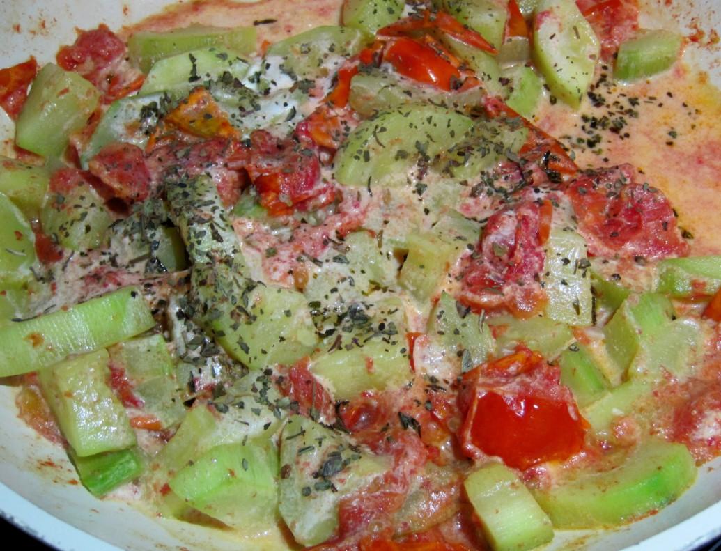 кабачок с помидорами в сметанном соусе