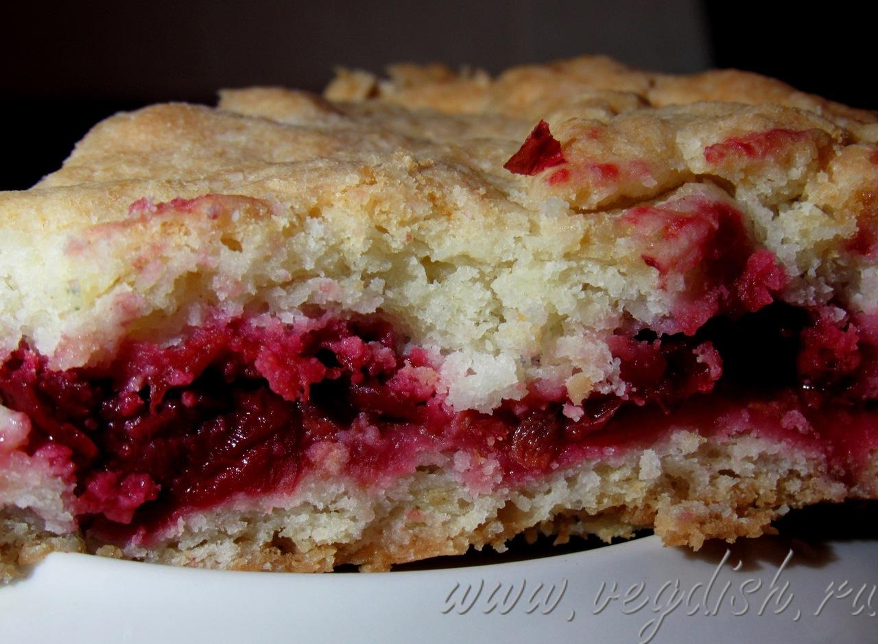 Пирог со сливой и вишней