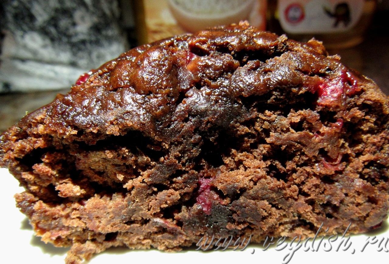 Шоколадный кекс с брусникой