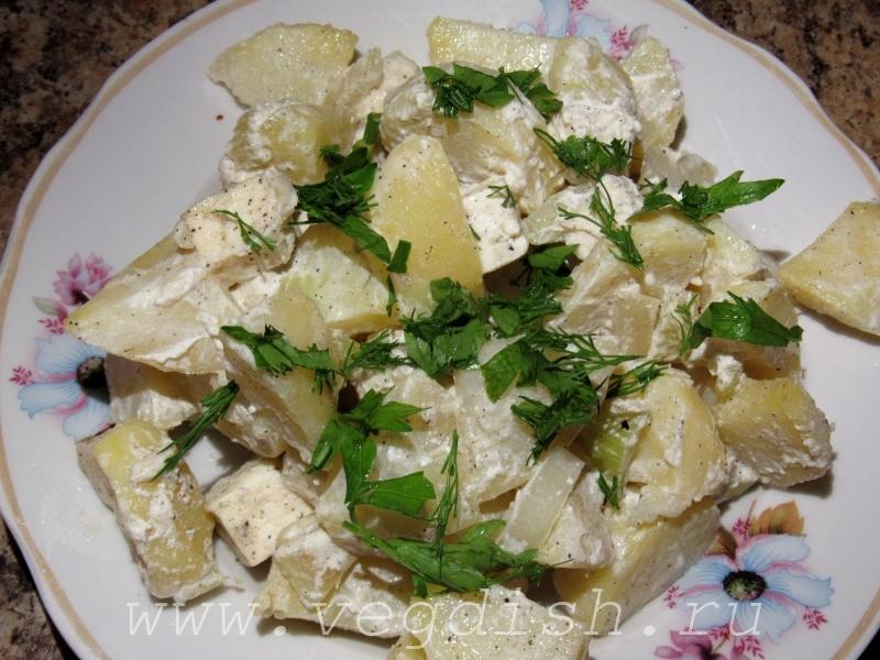 Тушеный картофель со сметаной и сельдереем