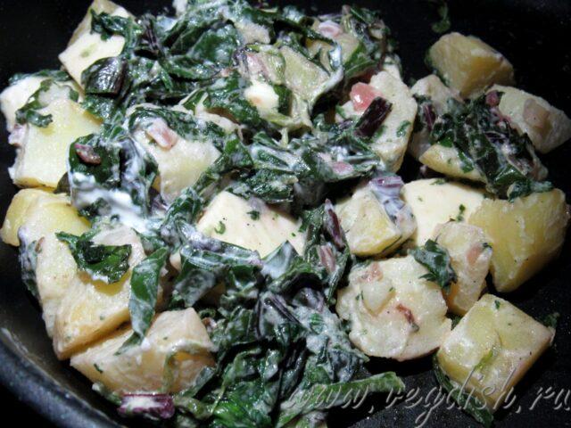 Картошка с соусом из шпината и свекольных листьев
