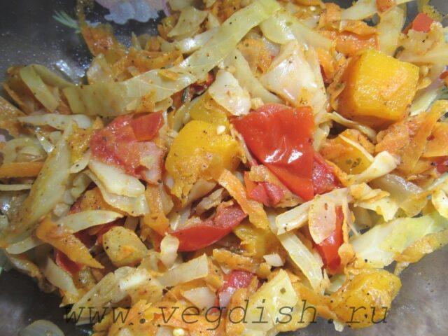 Тушеная капуста с тыквой и овощами