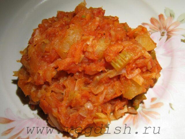 Тушеный картофель с капустой и сельдереем